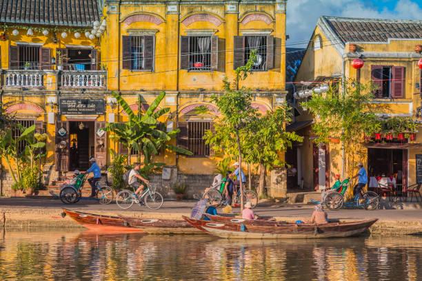 보트와 고 대 도시 호이, 베트남 - 호이안 뉴스 사진 이미지