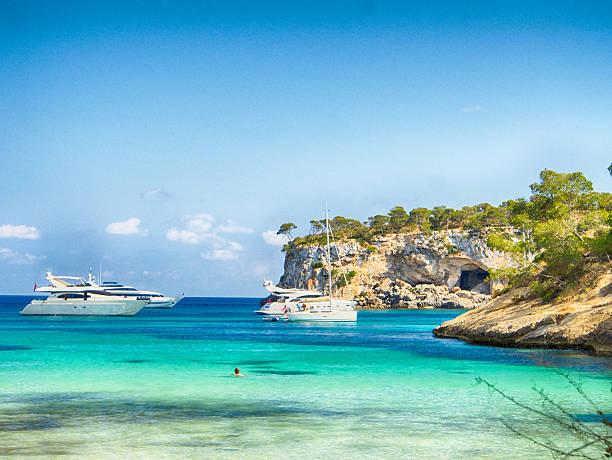barcos y mar azul, calvià-mallorca - pbsm fotografías e imágenes de stock