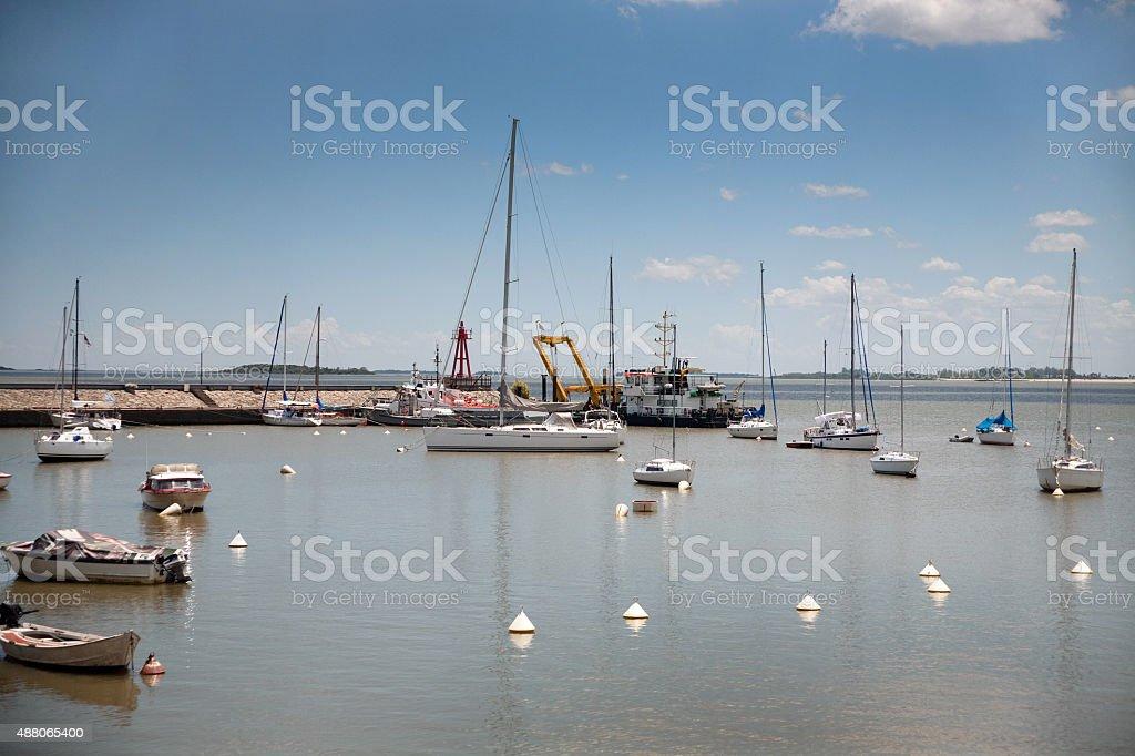 Barcos e vista panorâmica da Marina em Colonia Del Sacramento, Uruguai foto royalty-free