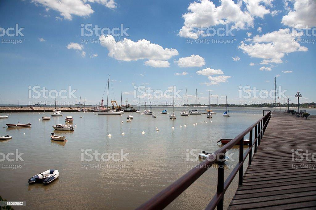 Barcos e vista panorâmica da Marina em Colonia Del Sacramento, Uruguai - foto de acervo