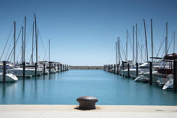 Barcos no porto - foto de acervo