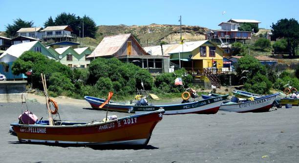 Boote in Ruhe im Fischerdorf in Chile – Foto