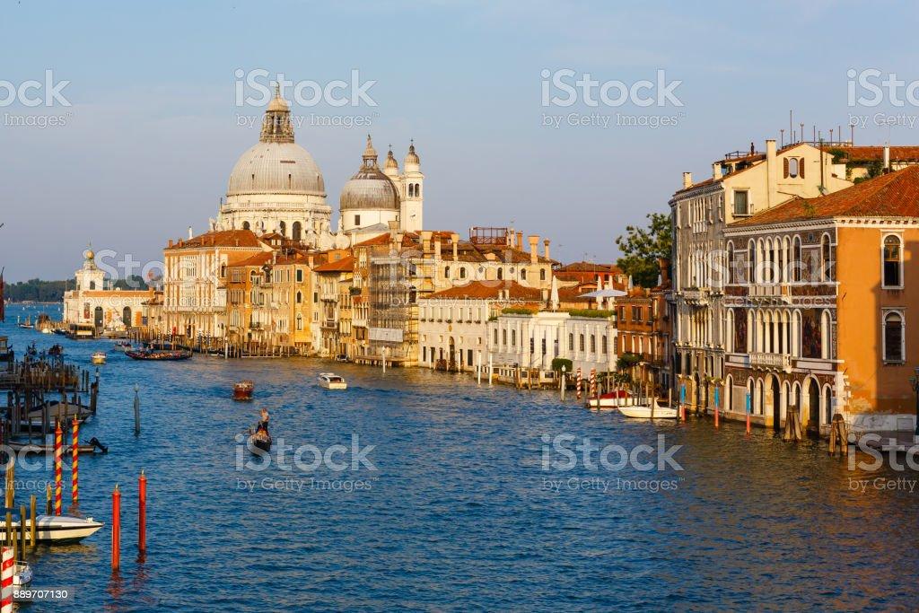 Barcos al amanecer en Venecia, hermosa vista sobre el Gran Canal en Venecia, Italia romántica - foto de stock