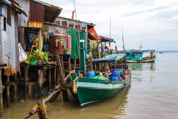 boote in einem kambodschanischen fischerdorf in sihanoukville - jeff wood stock-fotos und bilder