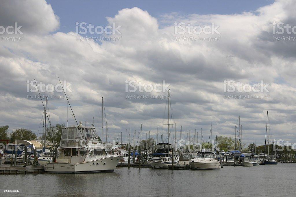 Embarcaciones en un puerto deportivo foto de stock libre de derechos