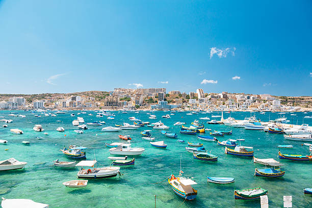 Barcos em Bugibba Bay, Malta - foto de acervo