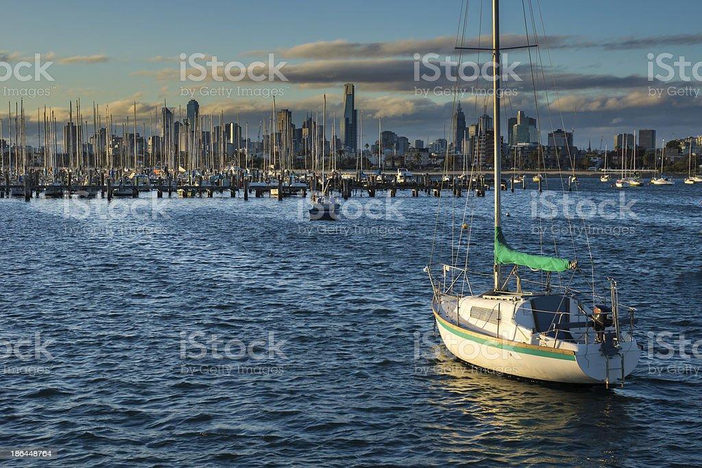Barcos em frente do horizonte de Melbourne - foto de acervo