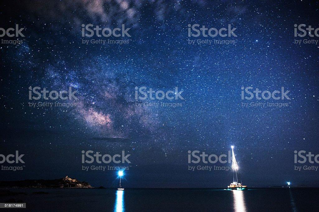 Barcos no porto à noite, sob a Via Láctea - foto de acervo