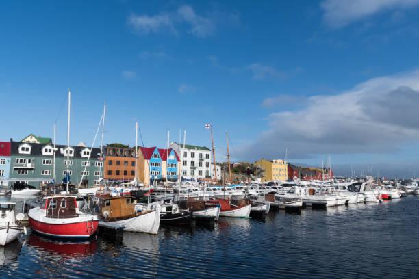 boten in de haven van torshavn op de faeröer - faeröer stockfoto's en -beelden