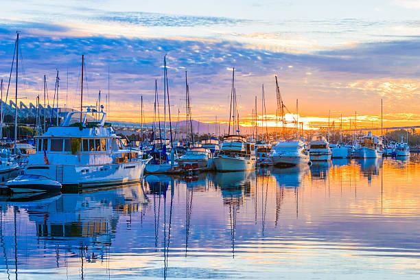 Barcos, a marina no amanhecer, nuvens do nascer do sol, Porto de San Diego, Califórnia - foto de acervo