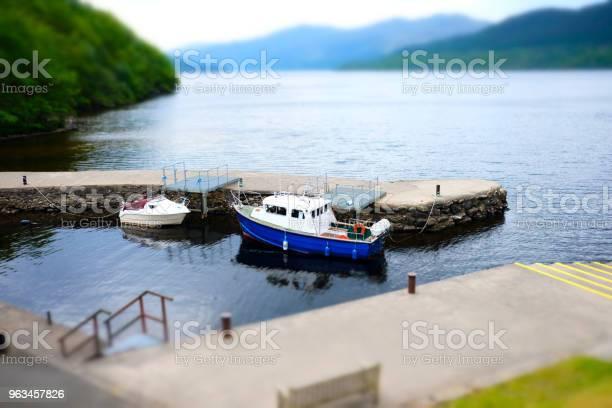 Łodzie Zacumowane Port Port Kamienny Molo Molo Wody Dwa Miniaturowe Malowniczy Widok Krajobraz Loch Lomond Inversnaid Szkocji - zdjęcia stockowe i więcej obrazów Balustrada - Granica