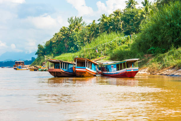 Boote am Ufer des Flusses Nam Khan in Luang Prabang, Laos. Platz für Text kopieren – Foto