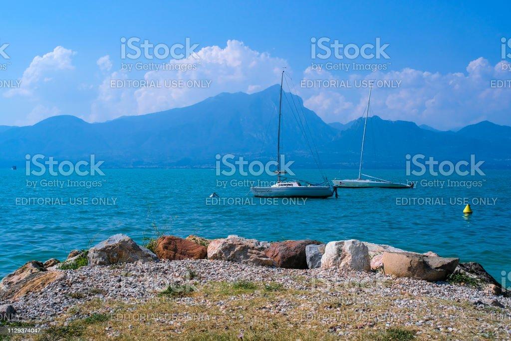 Garda, Italie - 8 août 2018: bateaux sur le lac de garde en Italie - Photo