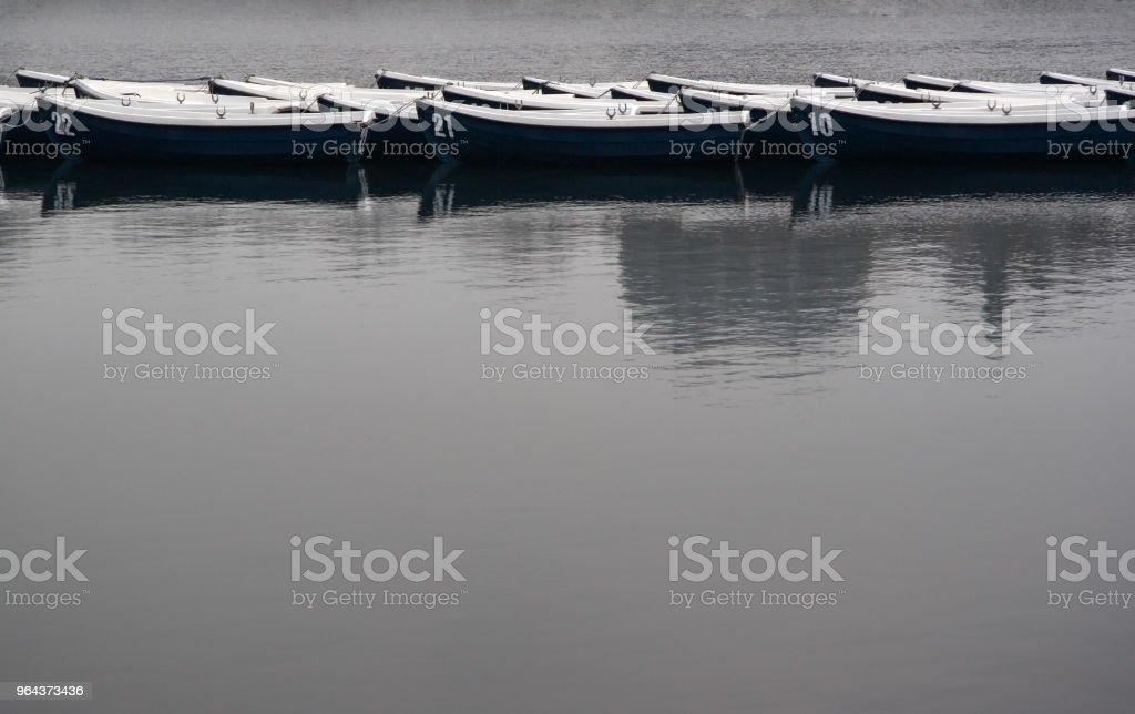 Barcos no lago em tempo nublado cinzento - Foto de stock de Acima royalty-free