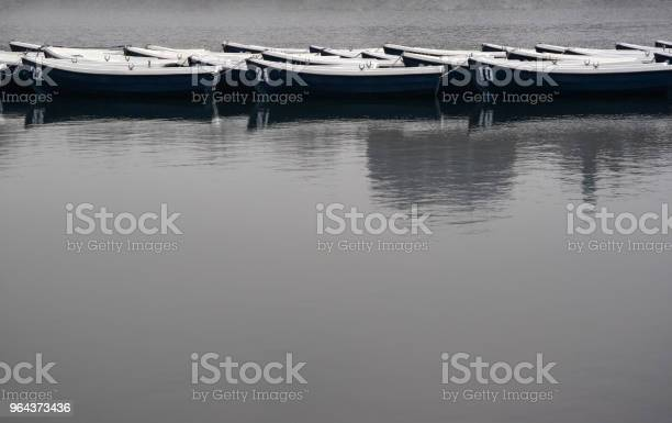 Foto de Barcos No Lago Em Tempo Nublado Cinzento e mais fotos de stock de Acima