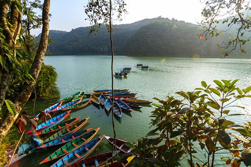 네팔 포카라의 페와 호수에 보트 0명에 대한 스톡 사진 및 기타 이미지