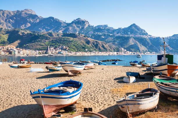 賈爾迪尼·納克索斯鎮城市海灘上的船隻 - 陶爾米納 個照片及圖片檔