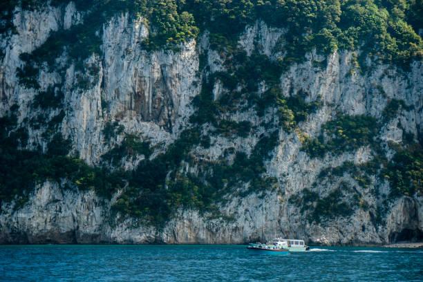 Schiffe unter Capri Klippen – Foto