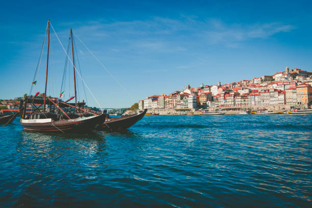 Boote im Hafen von Porto in Portugal ruhen – Foto