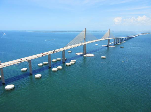 bob graham pont sunshine skyway de tampa bay, en floride - passerelle pont photos et images de collection