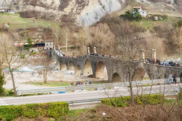 bobbio bridge - bobbio foto e immagini stock