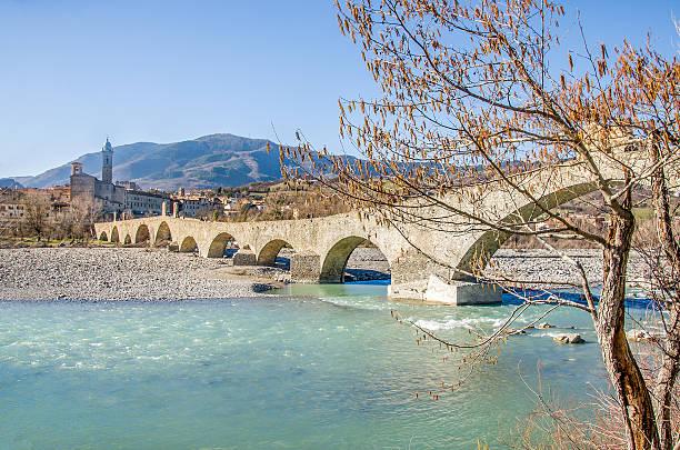 bobbio val val trebbia fiume bridge-piacenza-emilia-romagna - bobbio foto e immagini stock
