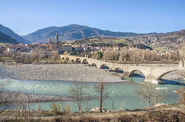 bobbio-val val trebbia fiume bridge-piacenza emilia-romagna - bobbio foto e immagini stock