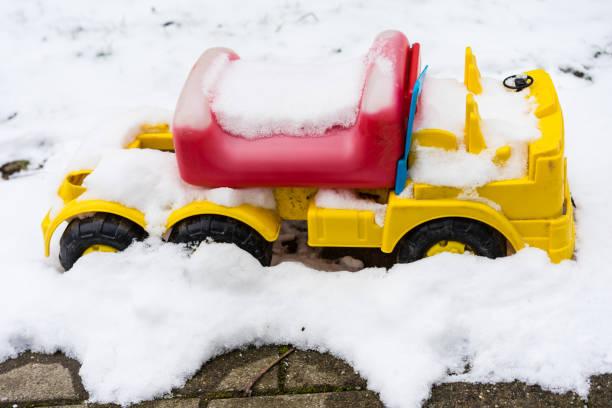 Bobby-Car mit Schnee bedeckt – Foto
