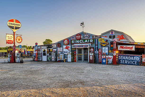 bobs benzin alley an der historischen route 66 in missouri - route 66 stock-fotos und bilder