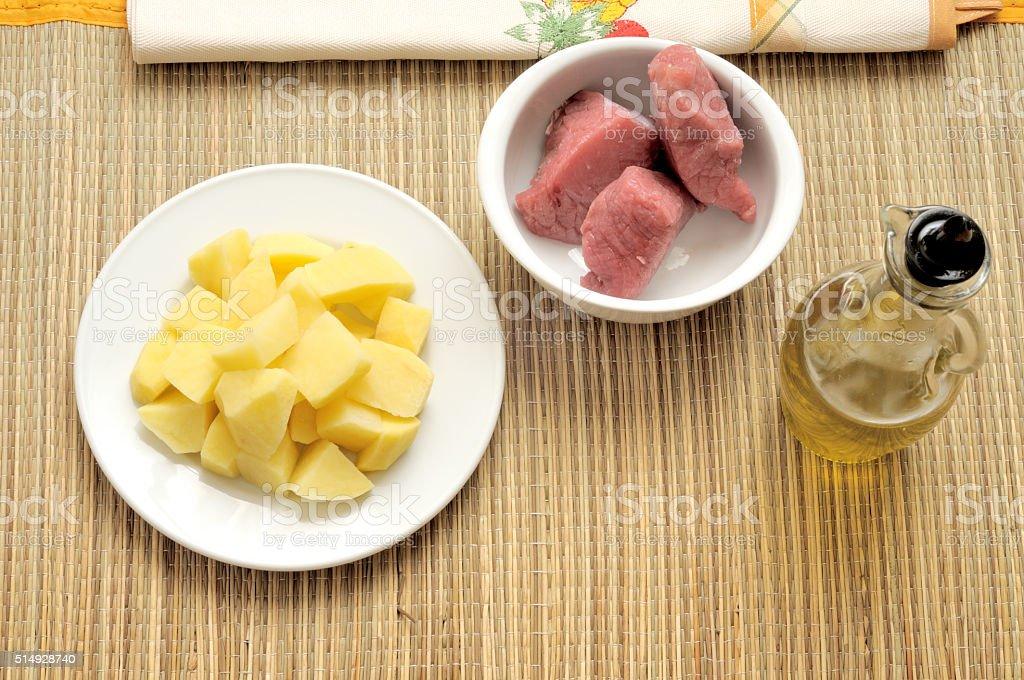 Bocconcini di manzo e patate tagliate stock photo