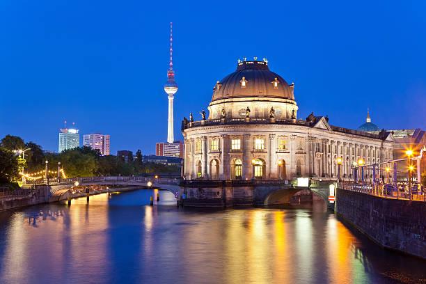 bode-museum in berlin, deutschland - brücke museum berlin stock-fotos und bilder