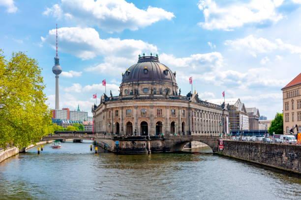 bode museumsgebäude auf der museumsinsel mit fernsehturm im hintergrund, berlin, deutschland - berlin mitte stock-fotos und bilder