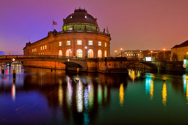 bode-museum in berlin bei nacht - brücke museum berlin stock-fotos und bilder
