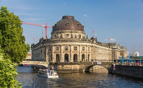 bode-museum in berlin-deutschland - brücke museum berlin stock-fotos und bilder