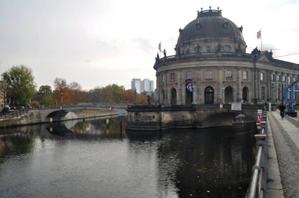 bode-museum in spree entlang in berlin, deutschland - brücke museum berlin stock-fotos und bilder