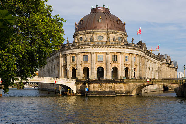 bode museum, der museumsinsel, berlin, deutschland - brücke museum berlin stock-fotos und bilder