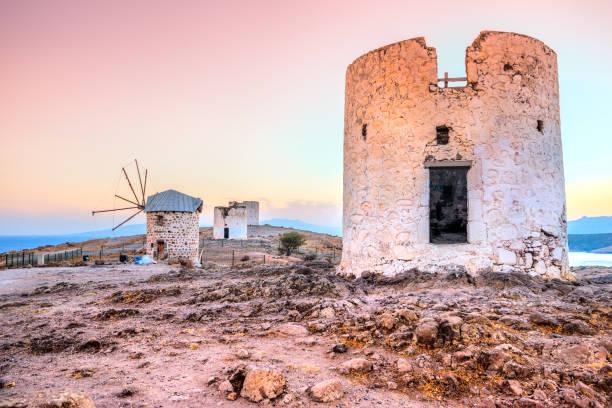 보드 럼 및 오래 된 풍차, 터키 - 굼베 뉴스 사진 이미지