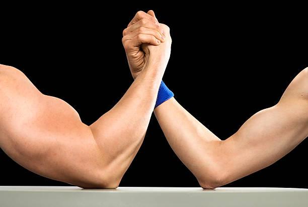 körper generator vs uncool - armdrücken stock-fotos und bilder