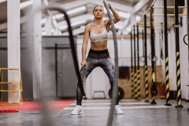 bodybuilding battle ropes - leinenhosen frauen stock-fotos und bilder