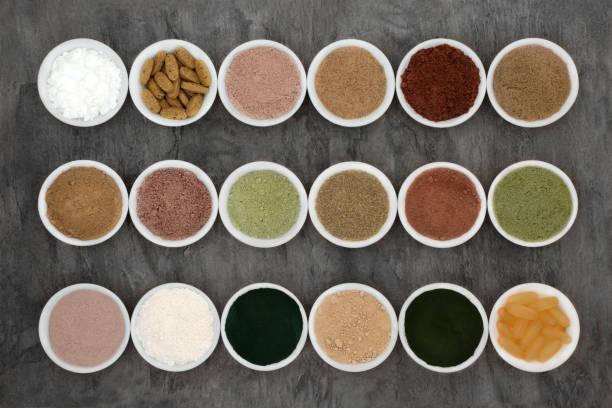 bodybuilding-pulver und nahrungsergänzungsmittel - grüner tee kapseln stock-fotos und bilder