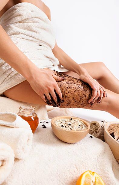 körperpflege wie zu hause fühlen. natürliche anti-zellulitis-massage mit kaffee - kaffeepeeling stock-fotos und bilder