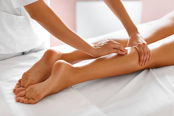Cuidado del cuerpo. Primer plano de mujer recibir un tratamiento en el Spa. Masaje de piernas - foto de stock