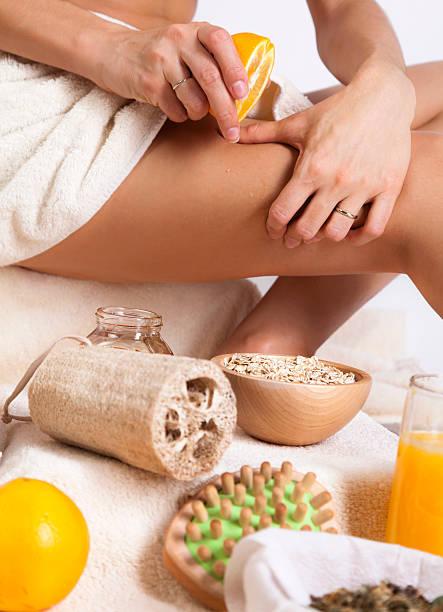 körperpflege. peeling-zellulitis-massage. organic. orang, haferflocken, schwamm. - peeling bürste stock-fotos und bilder