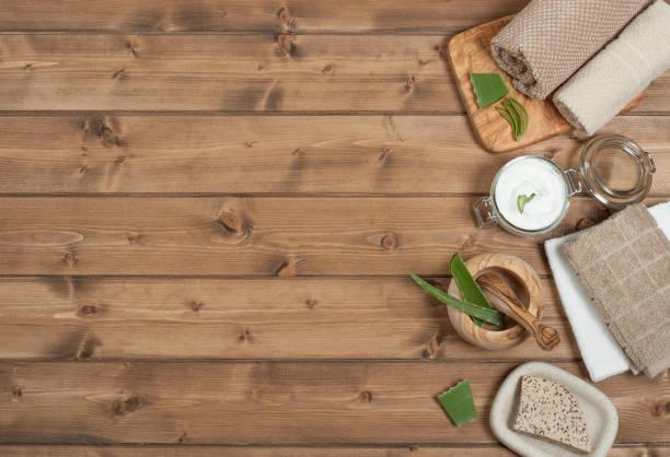Kit de cuidado del cuerpo. Crema, jabón, champú, artículos de aseo, toallas. Top Vie - foto de stock
