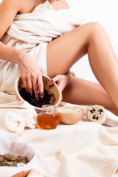 körperpflege. organische natürliche-zellulitis-massage mit kaffee-körperpeeling. hafer. - peeling bürste stock-fotos und bilder