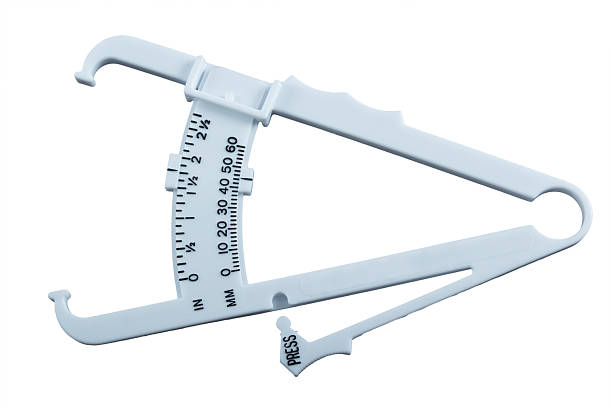 Pinzas de medición de la grasa del cuerpo. - foto de stock