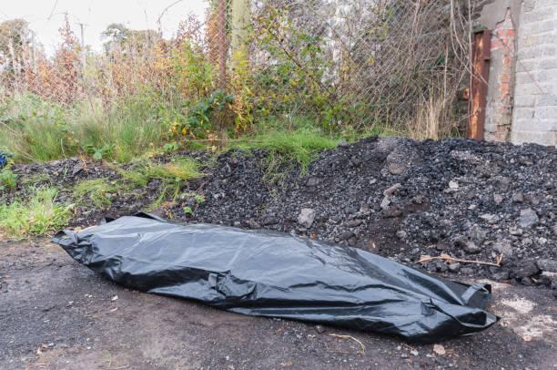 Ein Körper in einer Körpertasche an einem isolierten Ort. – Foto