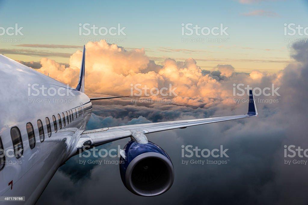Körper von einem Flugzeug fliegen über den Wolken – Foto