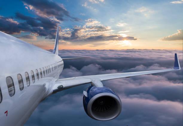 飛機在日落時在雲中飛行的身體 - 亂流 個照片及圖片檔