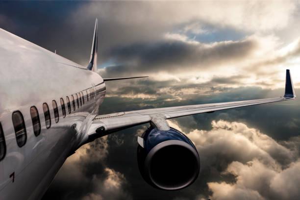 飛過烏雲的飛機的身體 - 亂流 個照片及圖片檔